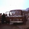 1965 38 Dec. Hans Wensink en Lindbergchauffeur Frits. Maja Karel stapt net in.