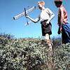 1958 (?) Zomer. Ria en Piet met zweefvliegtuigje.