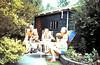 Anneke, Fletcher, Judith en Nick Morris in de tuin in Santpoort.