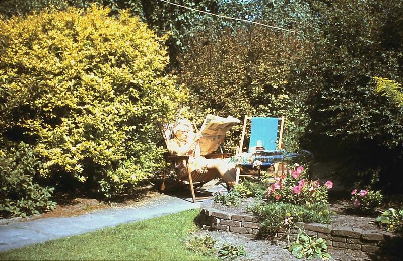 1960 Mam in de tuin.