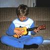 1983 Michel op de ukulile.