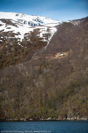 Mattisheimen, en eldre restaurert gård oppi lia på sørsiden et stykke inni Skjomen. Mer info her: http://www.mattisheimen.com/