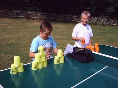 Speedstacking mit crazy cups / Becher umstapeln (auf Tischtennisplatte)