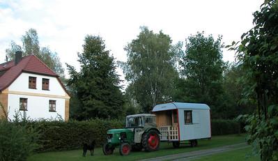 bemerkenswerte Behausungen Traktor mit Bauwagen als Wohnwagen