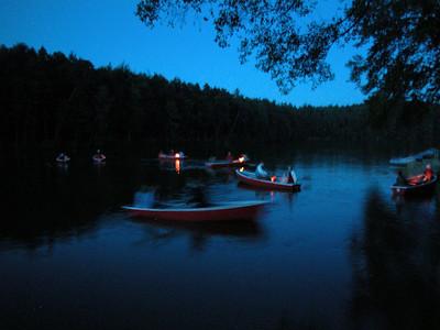 Lampionfahrt Seefest. Aufbruch an der Badestelle von See-Camping Weichselbrunn. Verwackelt weil aus der Hand geschossen. Aber man sieht die Lampions und die Boote :-)