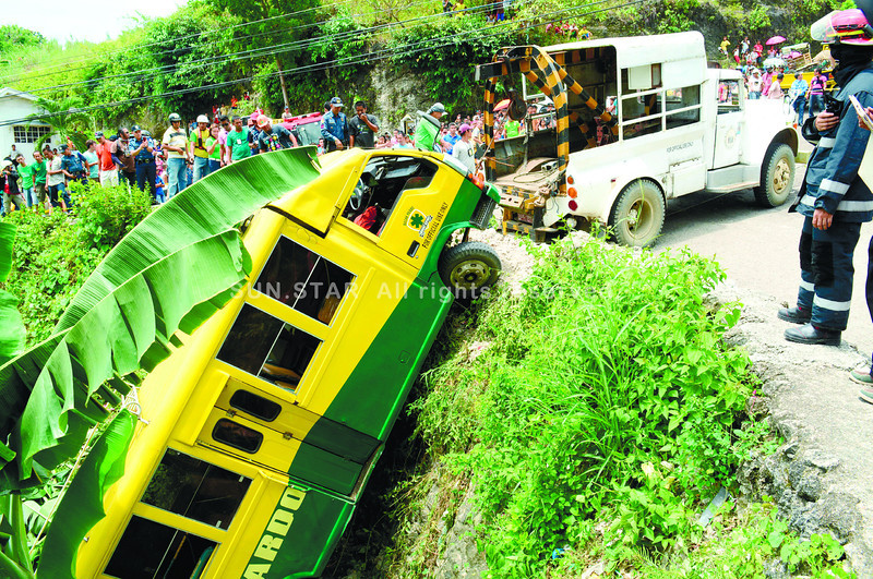 Bus falls into ravine in Quiot, Cebu