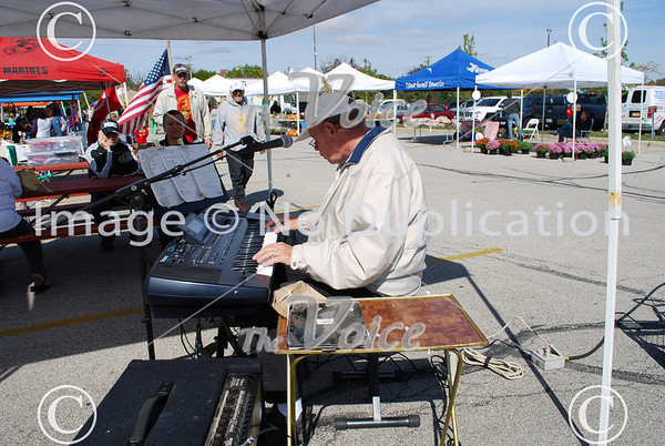 Aurora, IL Farmers Market with Ron Newman playing piano 9-25-10