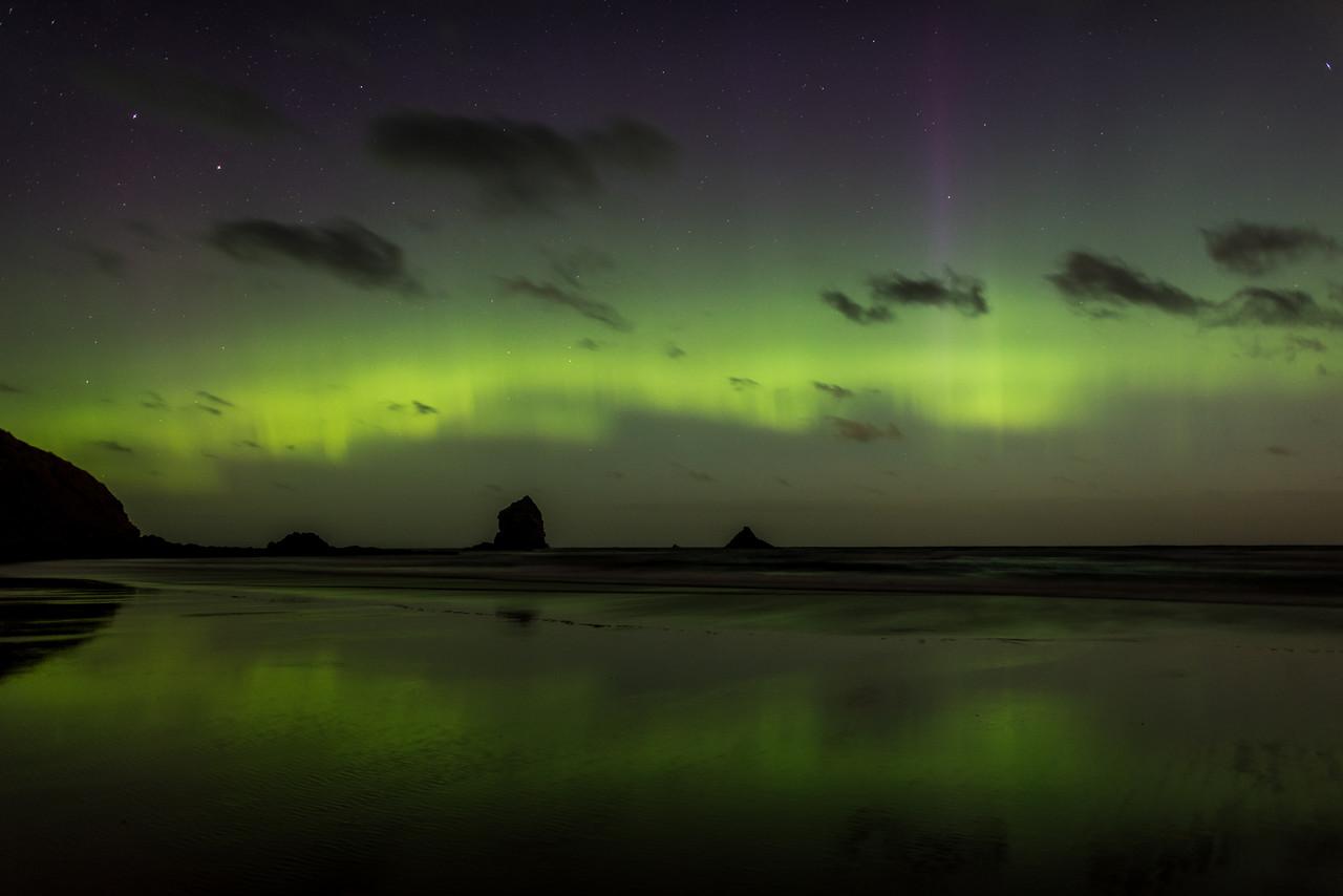 Aurora australis over Sandfly Bay, Dunedin. 7 January 2015 h23:40