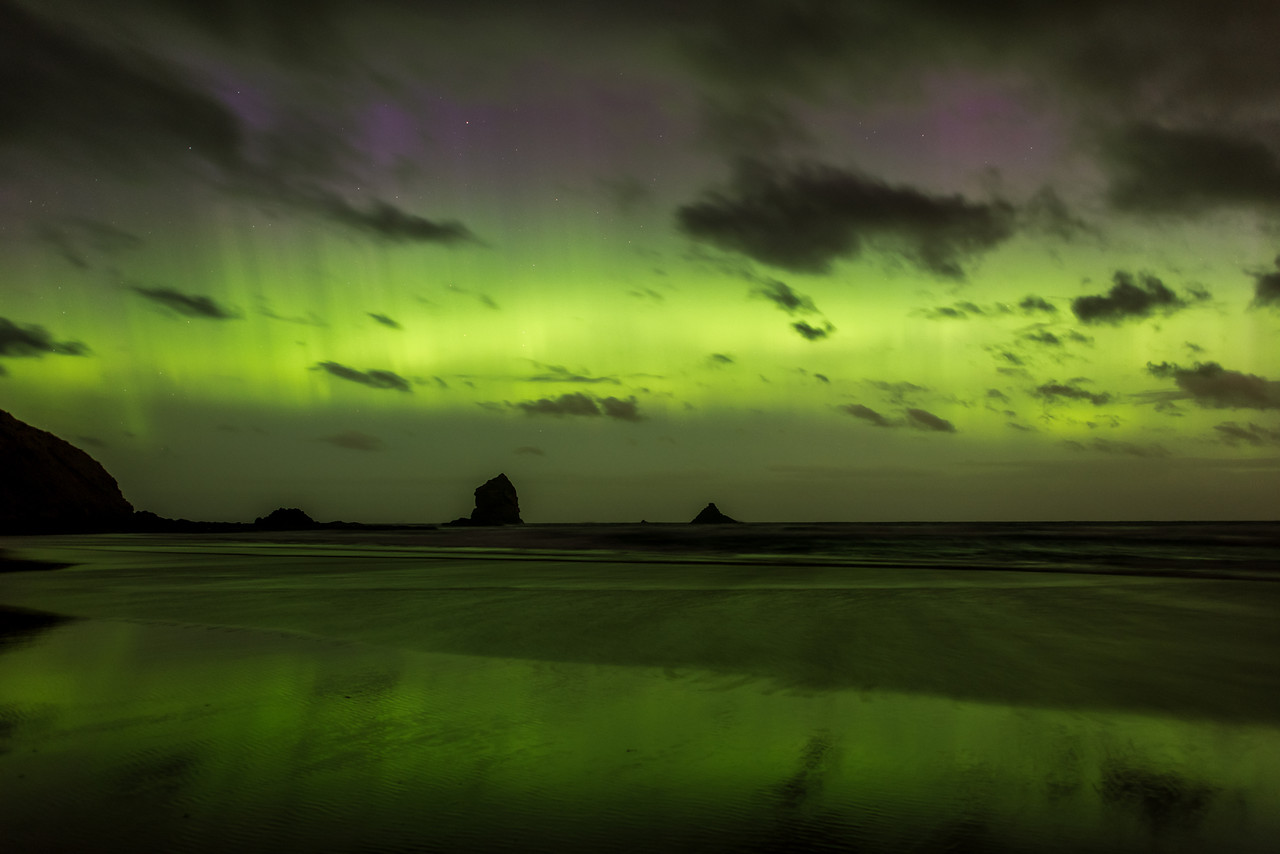 Aurora australis over Sandfly Bay, Dunedin. 7 January 2015 h23:50