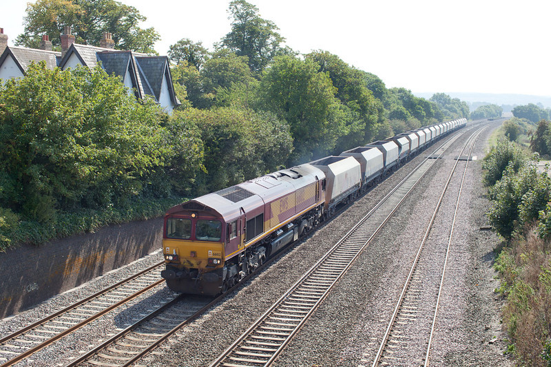 66102 approaches Reading Road, Moulsford near Cholsey with the 6B35 Hayes-Morton on Lugg empty hoppers