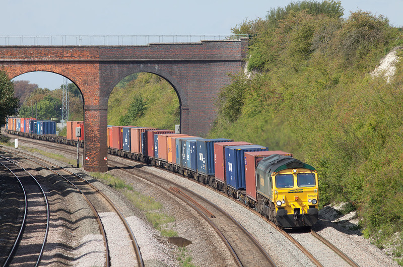 66539 approaches Moulsford near Cholsey with the 4M79 Crewe Bashford Hall-Southampton Freightliner service.2.9.11