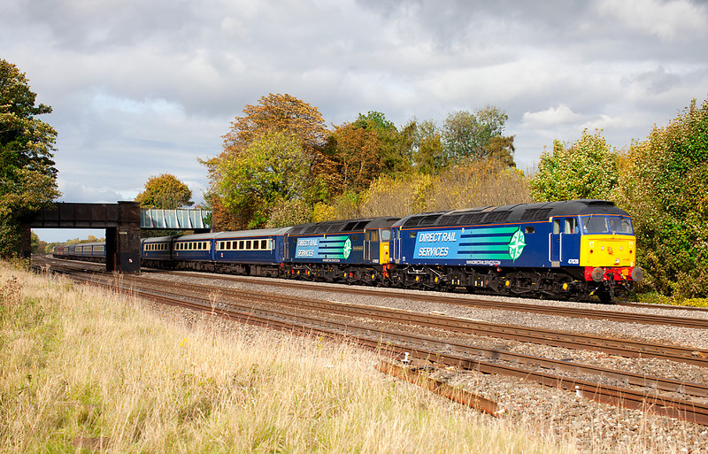 47828 & 47802 race past the road bridge at Lower Basildon with the 1Z64 Glasgow Central-Southampton Cruise Saver Express. 21.10.11