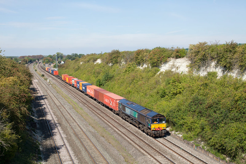 DRS hire in 66417 passes Cholsey with the 4L32 11.00 Bristol FLT-Tilbury FLT Freightliner working.2.9.11