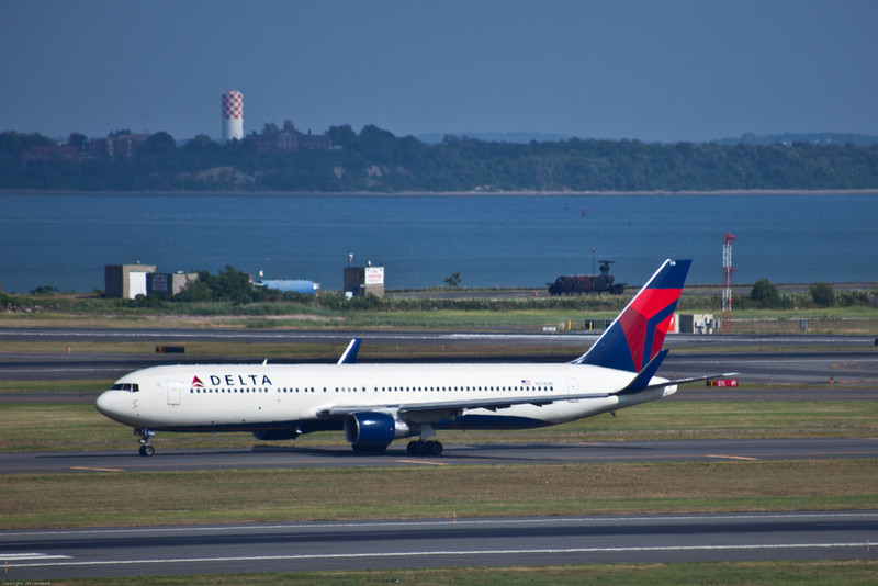 Delta Flight 267, Amsterdam (AMS) - Boston (BOS), Arrived 4:53 (L), Runwary 27, Boeing 767-332 (ER), Heading north on Taxi M toward terminal E (international arrivals)