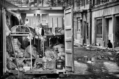 Shanghai - vidéki építőmunkások konténer-lakása az egyik felújítás alatt álló Hudec-épület előtt