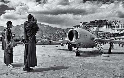 Tibet, Lhasa - szerzetesek fényképezkednek a Potala palota előtti téren