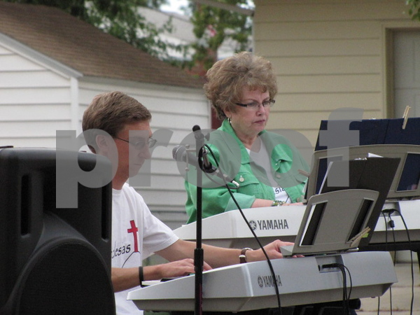 Jordan Yates and Cheryl Landsvark on the keyboards.