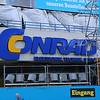 Het huidige logo van CONRAD, op hun filiaal aan de Kleiststrasse (Berlin Schöneberg)