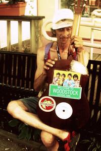 Woodstock - 60.léta v USA, hippies, děti květin, přežitek nebo renesance?Na šedesátá léta se vždycky vzpomíná v dobrém, ano všechny umělecké směry se nesmírně pohly dopředu, celou společností začly hýbat nové myšlenky, začalo se mluvit o věcech, které byly doposud tabu, začaly se objevovat východní filozofie, rozvíjel se životní styl i nové ideologie… Ale hlavně to byla doba války. Západní svět válčil proti tomu východnímu. Na obou stranách umírali mladí lidé, o co hůř museli z nějakého nesmyslného důvodu zabíjet jiné lidi, snad proto, že se narodili v jiné zemi, nebo měli jinou barvu kůže??? Jak už to na světě bývá: vláda rozhodla. Ale obyčejní lidé, zejména mladí  demonstrovali za mír, za stažení amerických vojsk z  Vietnamu. Takto vzniklo mírové hnutí hippies. Psal se rok 1966, na fetivalu Trip v San Francisku byl oficiálně vyhlášen vznik tohoto hnutí. Svůj odpor proti válce, zbraním a zabíjení dávali najevo uměním a kytkami. Jejich ideoligie hlásala mír, svobodu a lásku, odsuzovali rasismus, militarismus a jakoukoliv formu násilí.  Woodstock - 60.léta v USA, hippies, děti květin, přežitek nebo renesance?