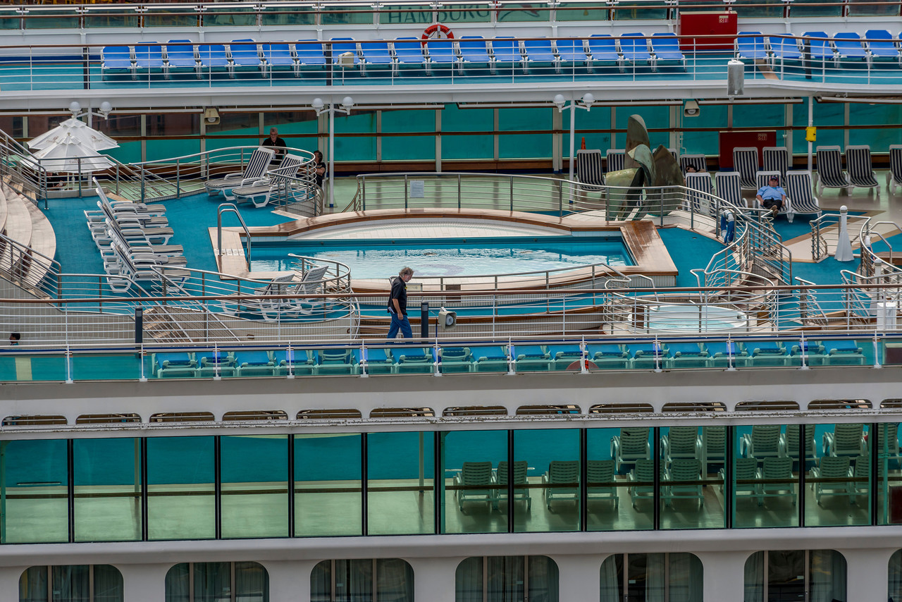 Dawn Princess Cruiseship - swimming pool on deck