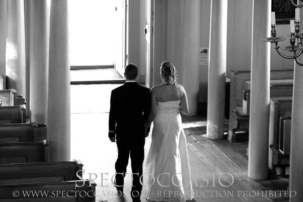 """<br> BRÖLLOPSFOTOGRAFERING <br> <br> Planerar ni bröllop? Grattis!  Letar ni efter en bröllopsfotograf? Vad kul att ni hittade hit till min hemsida.  <br> Ordet """"spectoccasio"""" betyder """"se det perfekta ögonblicket"""", och det är precis det som en bröllopsfotograf ska göra. Min passion är att fånga de där speciella ögonblicken – med människor, platser och natur. Mitt jobb är att porträttera ER under bröllopsdagen, men jag fångar dessutom detaljerna, stämningen, miljön och naturligtvis era gäster.    Min filosofi är att bilderna ska användas. Därför ingår alltid ett privat webgalleri och en DVD med de digitala bilderna i högupplöst format. Ni kan använda dem som ni vill, för eget bruk – titta på dem, skicka dem till släkt & vänner, skriva ut dem, egen fotokonst, m.m.  Jag tar en fast avgift för min tid och talang, inte beroende på hur många bilder ni vill beställa.  I mina paket ingår också en provfotografering innan bröllopet. Då pratar vi igenom vilken sorts bilder ni har tänkt er och tar lite porträttfoton så att ni känner er mer avslappade inför kameran på den stora dagen. Naturligtvis får ni de bästa bilderna i digital form. Med god framförhållning kan ni använda bilderna inför bröllopet -  inbjudningar, program, bildspel m.m.  Här är prislistan för de vanligaste bröllopspaketen. Vi kan också skräddarsy lösningar. <br> KOMPLETT  • Konsultation med provfotografering, inklusive digitala bilder • Ca 10-12 timmars fotografering på bröllopsdagen (förberedelser, vigsel, gratulationer, porträtt, mingel, middag) • Digital bearbetning av bilderna • Personligt webgalleri • Högupplösta foton på DVD  PRIS: 25 000 kr, inklusive moms <br> MELLAN • Konsultation med provfotografering, inklusive digitala bilder • Ca 6 timmars fotografering på bröllopsdagen (förberedelser, vigsel, gratulationer, porträtt) • Digital bearbetning av bilderna • Personligt webgalleri • Högupplösta foton på DVD  PRIS: 15 000 kr, inklusive moms <br> MINI • Konsultation med provfotografering, inklusive digit"""