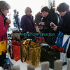 Samedi 21 avril 2012, Promasens: le marché artisanal des Céciliennes se déroule de 11h à 17h entre la salle polyvalente et l'église. Brrrrrrrr, la vendeuse a froid aux mains...