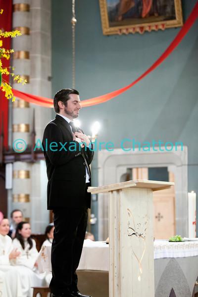 Dimanche 22 avril 2012, la messe du dimanche matin.<br /> La messe de 10h est donnée avec tous les choeurs de l'Association Saint-Henri (et la  Cécilienne d'Oron). Ici, le responsable musical Gonzague Monney, très applaudi à la fin de la messe.