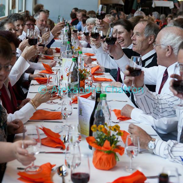 Dimanche 22 avril 2012, dans la salle polyvalente, le banquet officiel: santé!