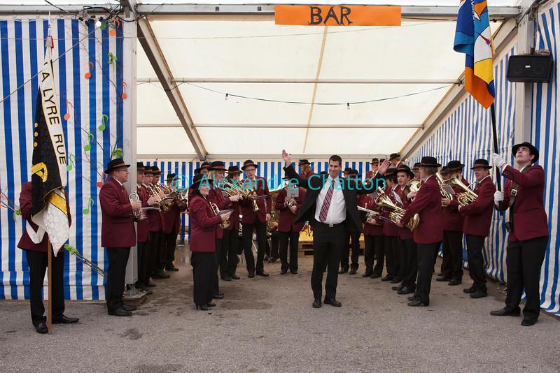 Dimanche 22 avril 2012, la fanfare La Lyre, de Rue, joue avant le banquet sous les tentes qui jouxtent la salle polyvalente.