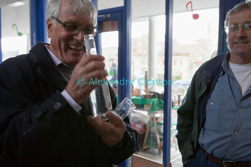 Samedi 21 avril 2012, Promasens: le marché artisanal des Céciliennes se déroule de 11h à 17h entre la salle polyvalente et l'église. La poire muscat de Monsieur crée la bonne humeur!