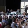 Dimanche 22 avril 2012, des applaudissements nourris pendant le banquet pour l'équipe de cuisine et du service.