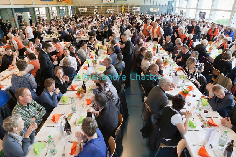 Dimanche 22 avril 2012, dans la salle polyvalente, le banquet officiel qui suit la messe rassemble plus de 500 participants.