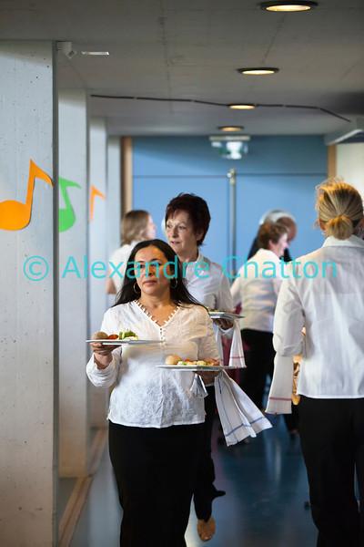 Dimanche 22 avril 2012, la valse des serveuses du banquet officiel.