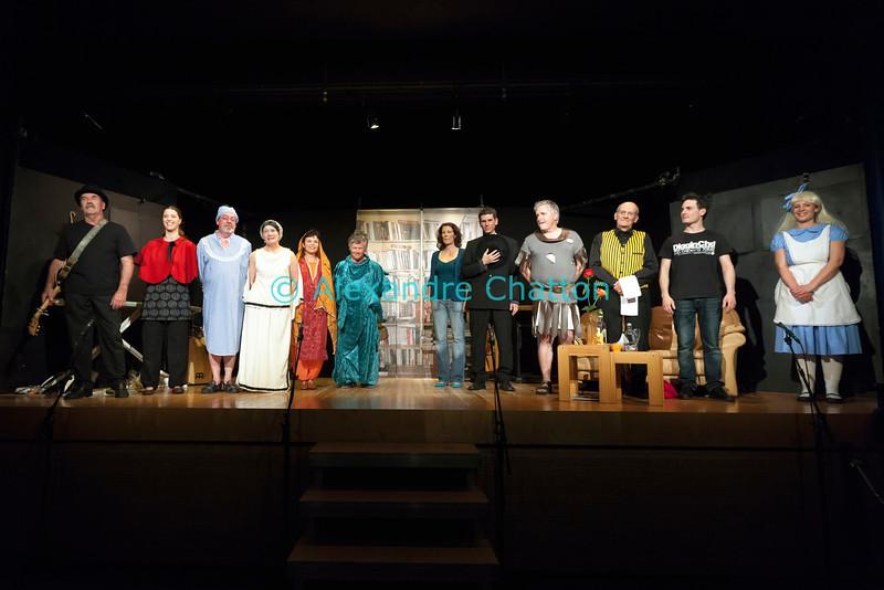 """Vendredi 20 avril 2012, Promasens, salle polyvalente: le spectacle intitulé """"L'coup du lapin"""" donné par la troupe du Cabaret d'Oron.<br /> La troupe remercie le public."""
