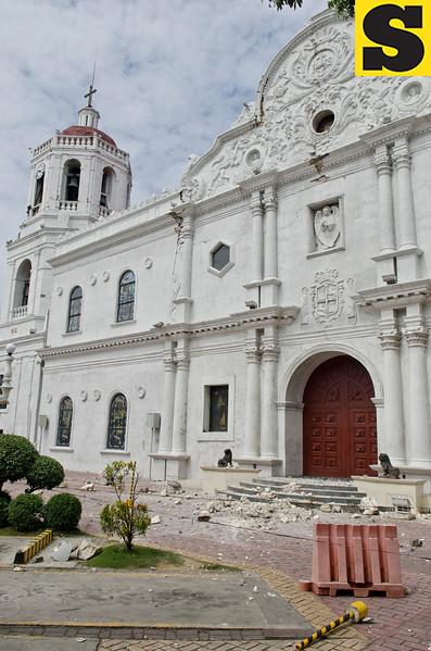 Debris fall from the facade of Cebu Metropolitan Cathedral after Tuesday's earthquake. (Jojo Abcede/Sun.Star)
