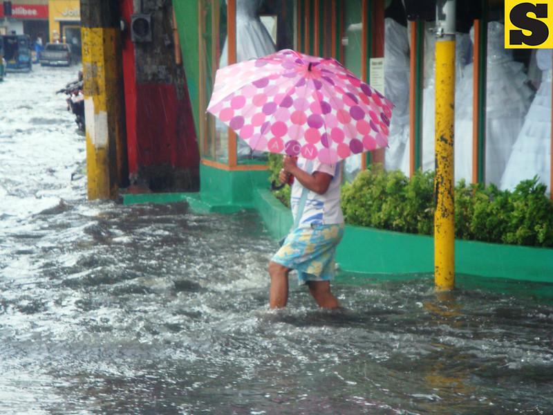 Man wades through flood in Cebu City