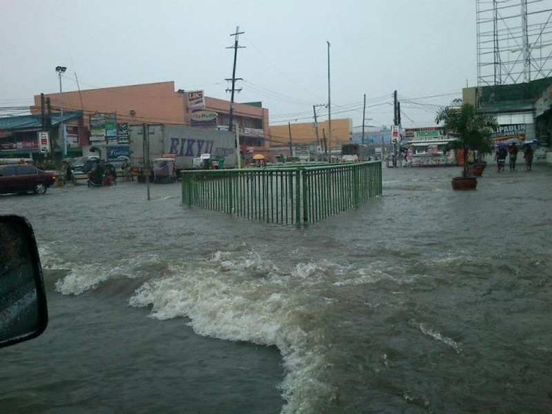 FLOODED JUNCTION. This photo, taken last Tuesday, shows the strong water current along the intersection in Barangay Dolores, City of San Fernando. (Bert Basa)