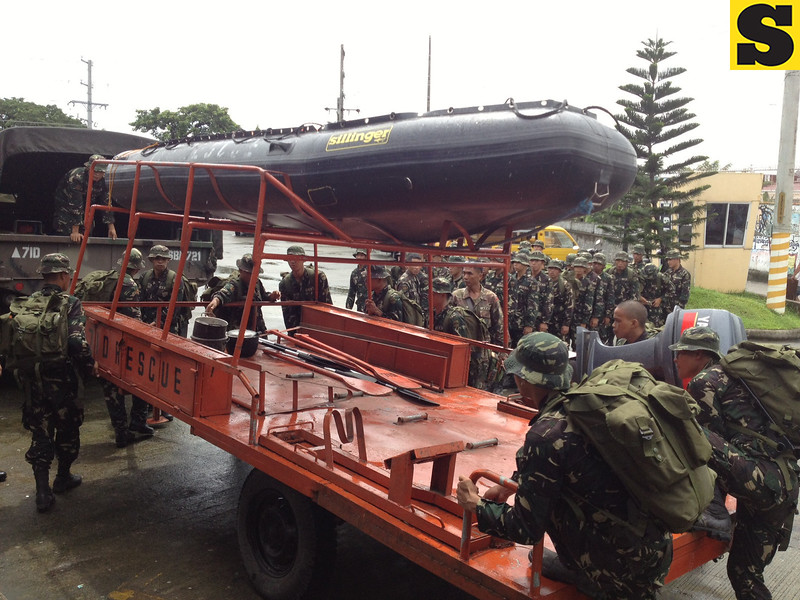 SEARCH AND RESCUE. Soldiers of the Philippine Army prepare a rubber boat to rescue stranded families affected by the massive flooding in Pampanga. (Chris Navarro)