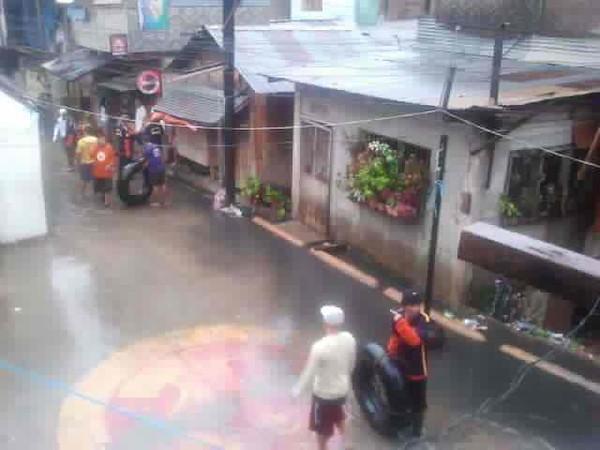 CAGAYAN DE ORO. Ang mga rescuers nagbaras-baras sa dalan dihang nagsugod na pagsaka ang tubig sa Barangay 26 ning siyudad sa Cagayan de Oro kagahapon. (Stephanie V. Berganio)