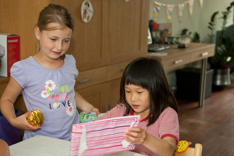 Het uitpakken van het cadeau van Lotte.