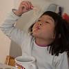 Caroline eet Chinese noodle soep op haar verjaardag.