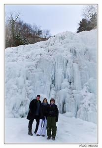 12.02.2012 Nico, Nath et Zabi devant l'éventail gelé des cascades du Hérisson.  Photo : Nico