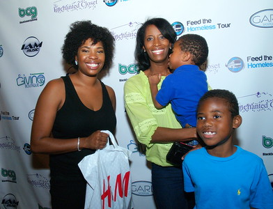 (L) to (R) Jasmine Crowe, CEO of Black Celebrity Giving and Monique Evans, Founder and CEO of The Children's Pride Foundation and her kids making an H&M donation to Black Celebrity Giving.