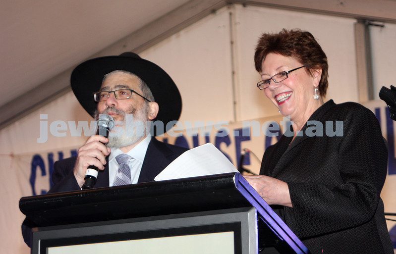 13/12/09. Chanukah in Caulfield Park 2009. Rabbi Joseph Gutnick, Helen Shardey. Photo: Peter Haskin