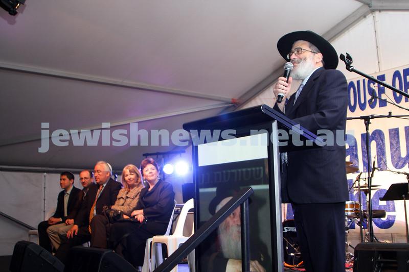 13/12/09. Chanukah in Caulfield Park 2009. Rabbi Joseph Gutnick. Photo: Peter Haskin
