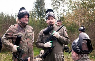 kurteczka widać, że był w armii, trzyma tego markera tak jakby trzymał AK-47,....a i wcale nie powiem, nieźle się zuch prezentuje.