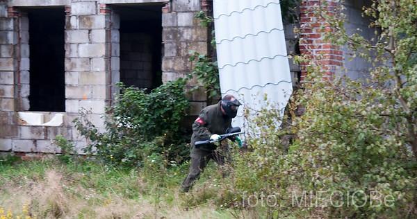 manewr okrążenia umocnień wroga w wykonaniu pojedyńczego żołnierza......jest to działanie typowo zaczepne, zwłaszcza jak się krzyczy do dziury w ścianie a kuku.....