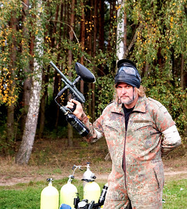 strach się normalnie bać......Miecio prezentuje swój wspaniały karabinek szturmowy, ale tez ma także w zanadrzu broń dodatkową.....ciskanie butlami w przeciwnika.