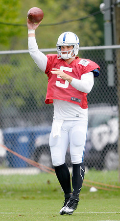 Drew Stanton throws a pass.