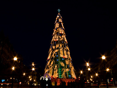 A well light metal christmas tree in the main town square of Oporto.